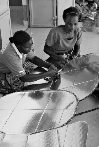 Women make solar cookers